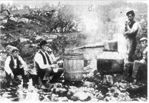 1907년경의 위스키 제조 광경